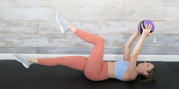 Упражнение с медболом для исправления сутулости