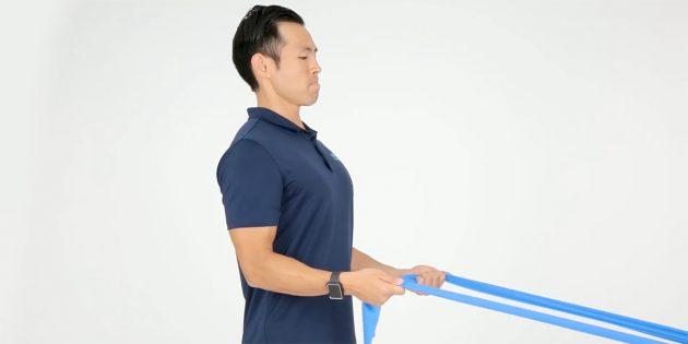 Упражнение для плеч с лентой-эспандером для правильной осанки