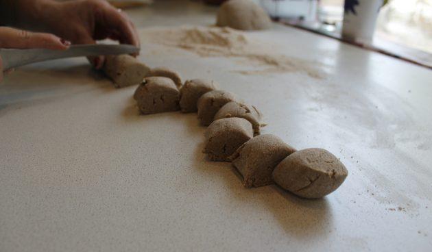 Калитки с пшеном: разрежьте тесто
