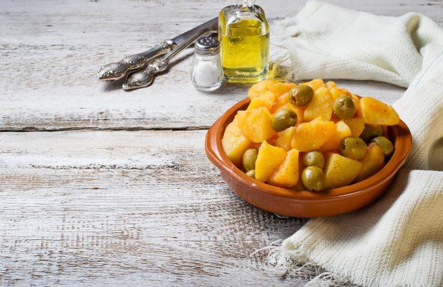 Картофель, тушенный с оливками и лимоном