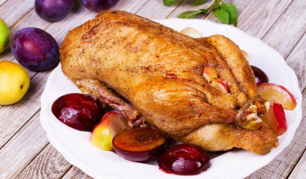 Пряная утка запечённая в духовке со сливами