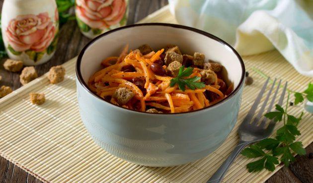 Салат с фасолью, корейской морковью и сухариками
