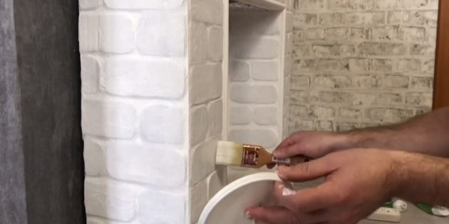 После высыхания окрасьте камин белой акриловой матовой краской в несколько слоёв