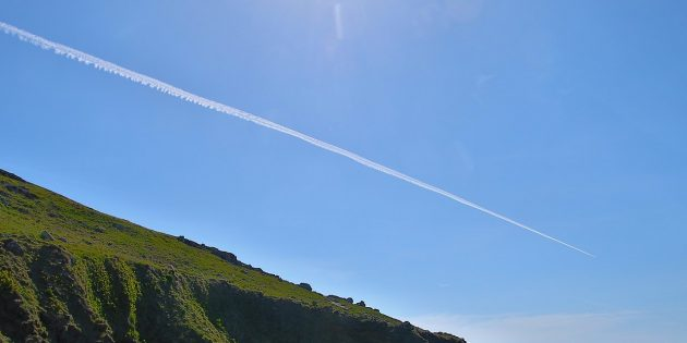 «Химтрейлы» от самолёта над побережьем Западного Корнуолла, Великобритания