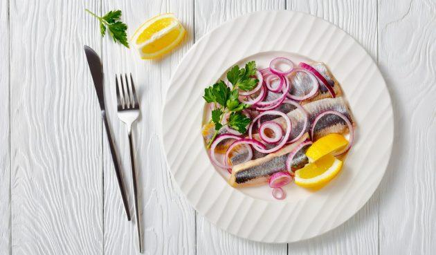 Маринованная селёдка по-шведски с луком и винным уксусом