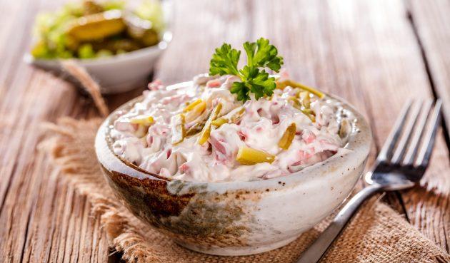 Салат с солёными огурцами, сыром и колбасой
