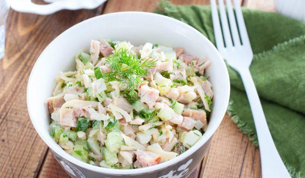 Салат с копчёной курицей и фасолью
