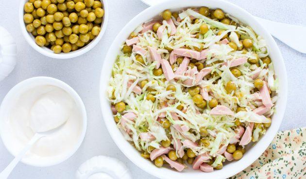 Салат с колбасой и горошком