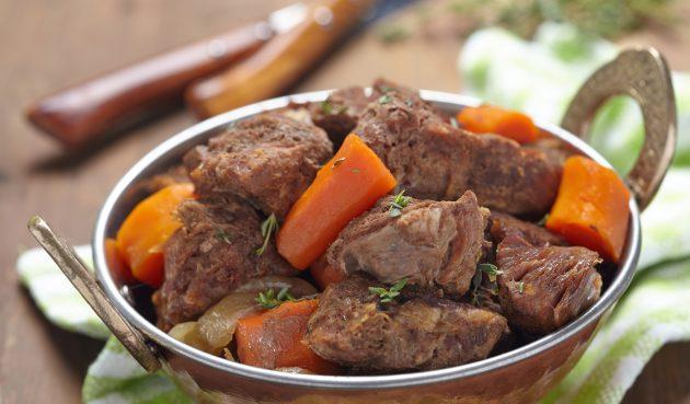 Сочная и мягкая говядина, тушенная в духовке с вином и овощами