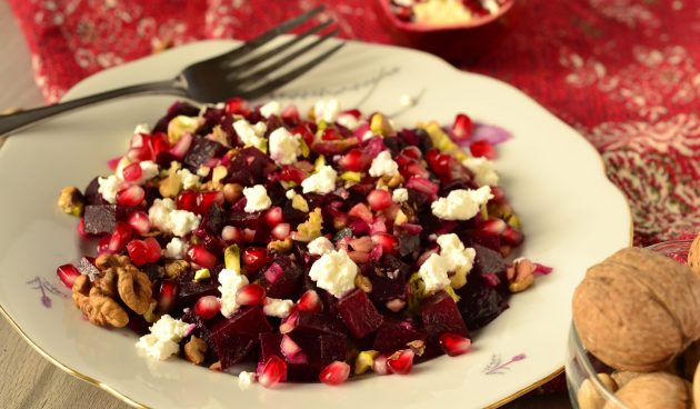 Салат со свёклой, козьим сыром и грецкими орехами