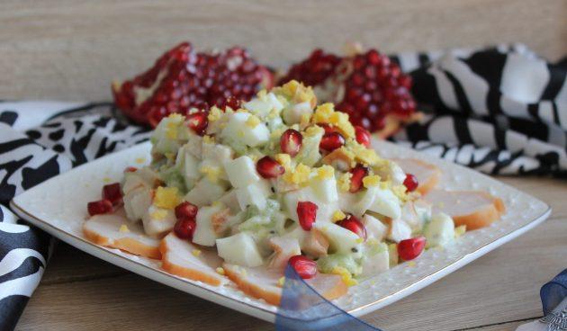 Оригинальный салат с копчёной курицей, яйцами и киви