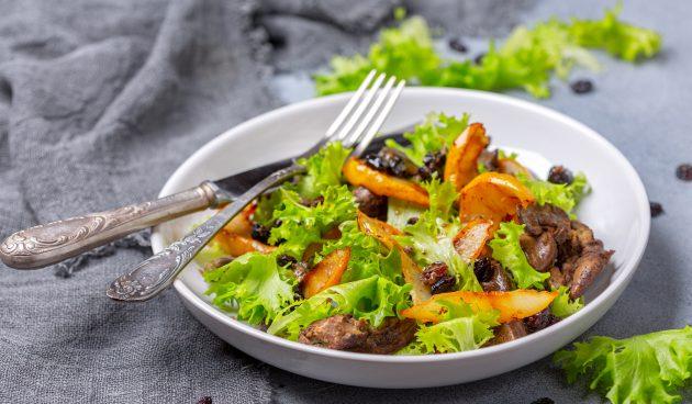 Салат с куриной печенью и карамелизированной грушей