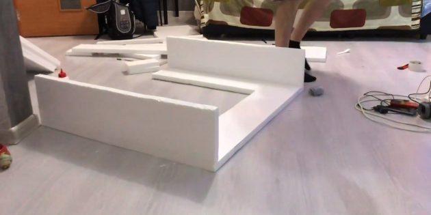 Декоративный камин своими руками: вырежьте из пенополистирола два прямоугольника и приклейте к заготовке, чтобы сформировать боковые части