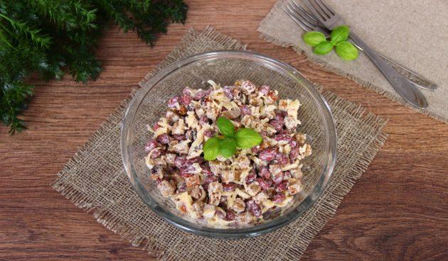Салат с ветчиной, сухариками и фасолью