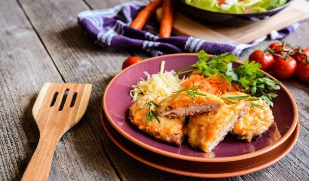 Свинина по-французски с луком и сыром