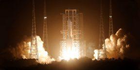 Китай впервые запустил зонд на Луну, который вернётся с образцами грунта