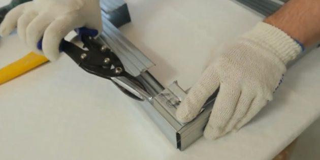 Ножницами вырежьте пазы по ширине профиля