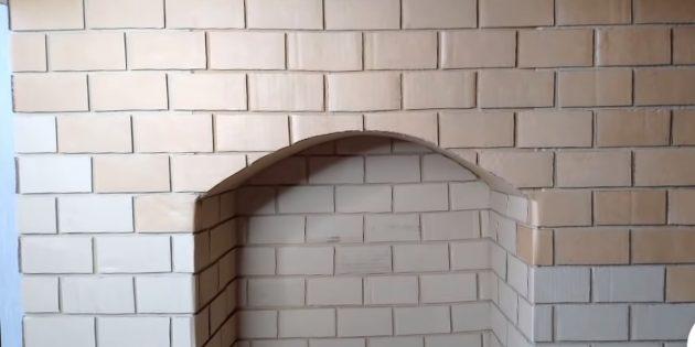 Декоративный камин своими руками: нарежьте из картона прямоугольники для имитации кирпичиков и оклейте ими всю поверхность камина