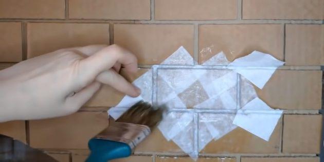 Декоративный камин своими руками: оклейте кирпичики бумажными салфетками, смоченными в ПВА