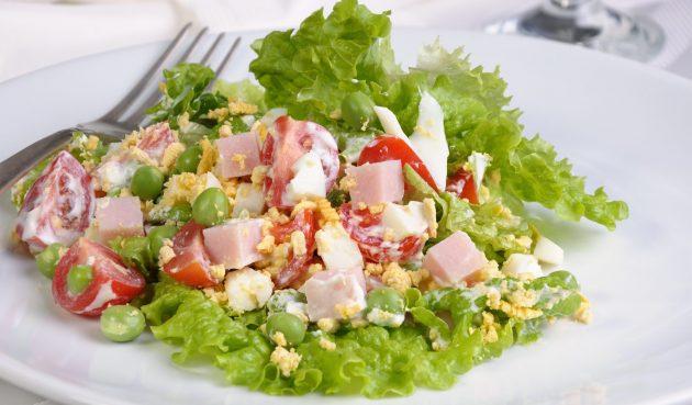 Салат с ветчиной и зелёным горошком
