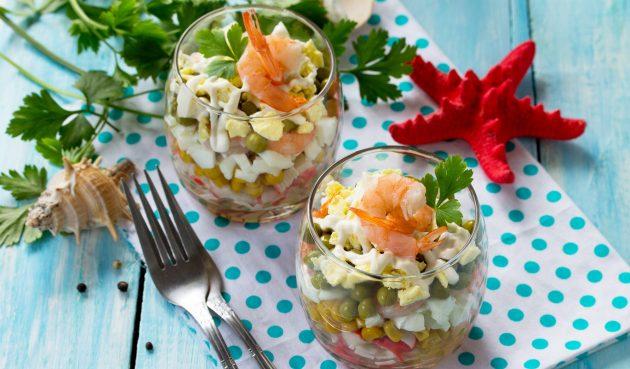 Салат с креветками, крабовыми палочками и горошком