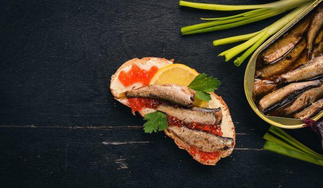 Бутерброды со шпротами и красной икрой