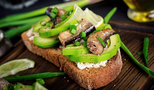 Бутерброды со шпротами, авокадо и творожным сыром