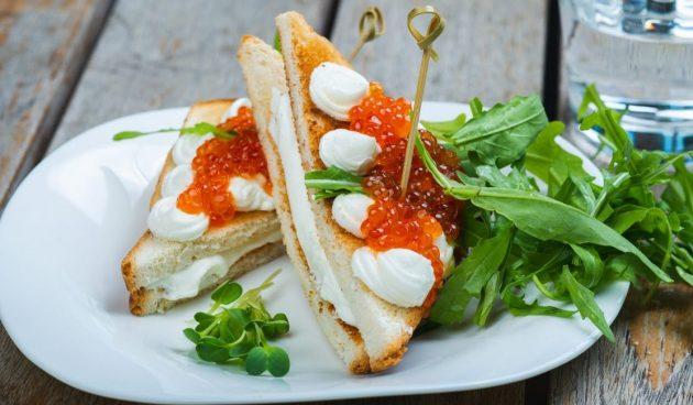 Горячий сэндвич с моцареллой и красной икрой