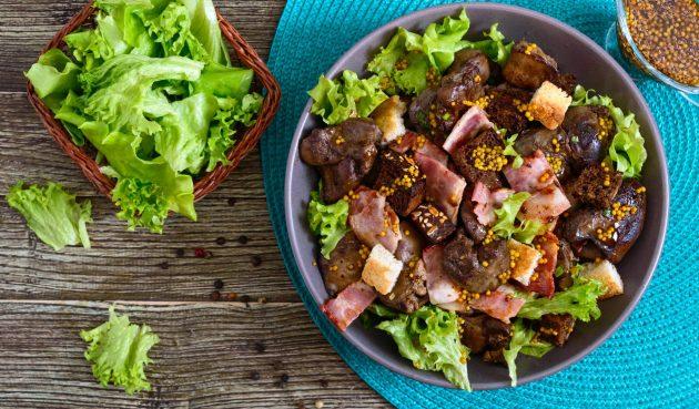 Тёплый салат с куриной печенью, беконом и сухариками