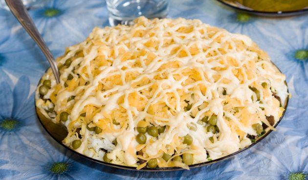 Слоёный салат со шпротами и зелёным горошком