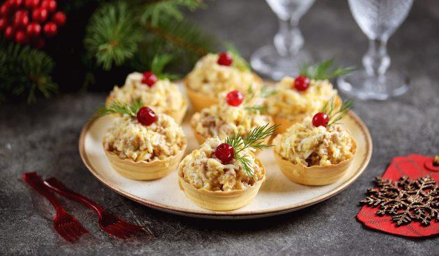 Тарталетки с печенью трески, яйцами и сыром
