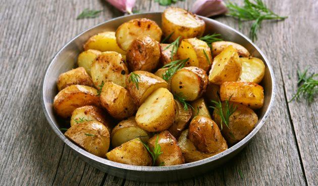 Картошка, запечённая в духовке с чесноком