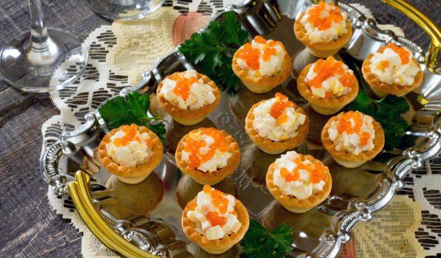Тарталетки с кальмарами, яйцами и красной икрой