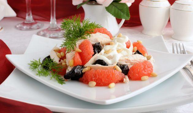 Салат с грейпфрутом, черносливом и курицей