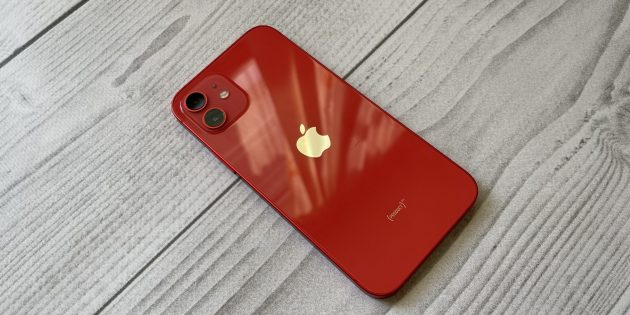 Крышку iPhone 12 и iPhone 12Pro легко поцарапать