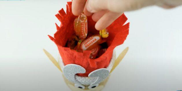 Как сделать быка своими руками: положите конфеты в банку
