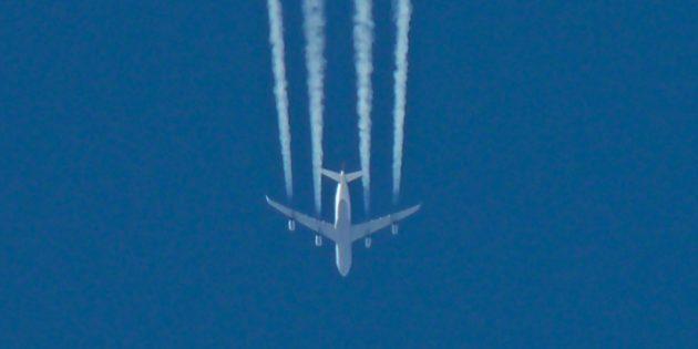 Самолёт Airbus A340компании Lufthansa оставляет «химтрейлы» от четырёх своих двигателей