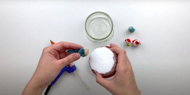 Как сделать снежный шар своими руками: приклейте пенопласт и игрушки