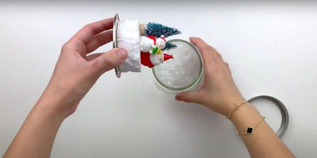 Как сделать снежный шар своими руками: завинтите крышку
