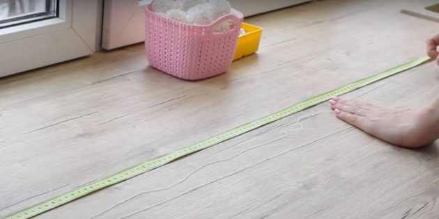Украшение окон на Новый год: разрежьте шнур на отрезки
