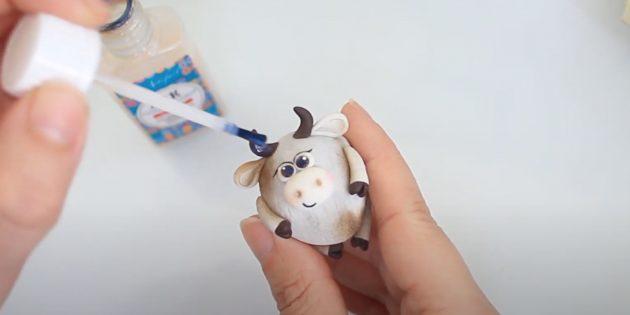 Как сделать быка своими руками: нарисуйте блики, покройте поделку лаком