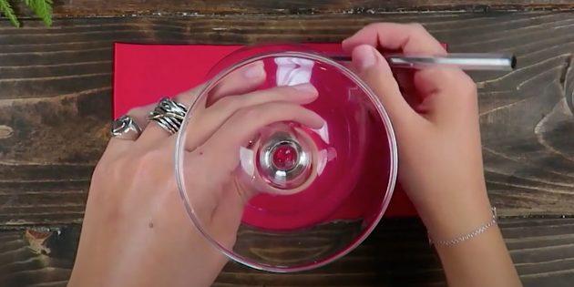 Новогодние подарки своими руками: обведите бокал маркером