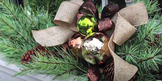 Новогодние украшения на окна: добавьте шары