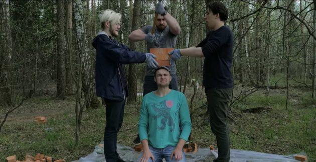 Михаил Лидин проводит эксперимент с кирпичами