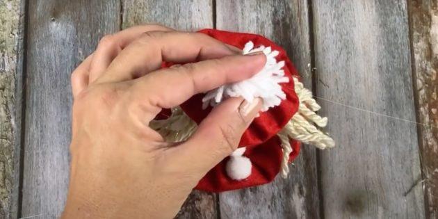 Подарки на Новый год своими руками: приклейте помпон