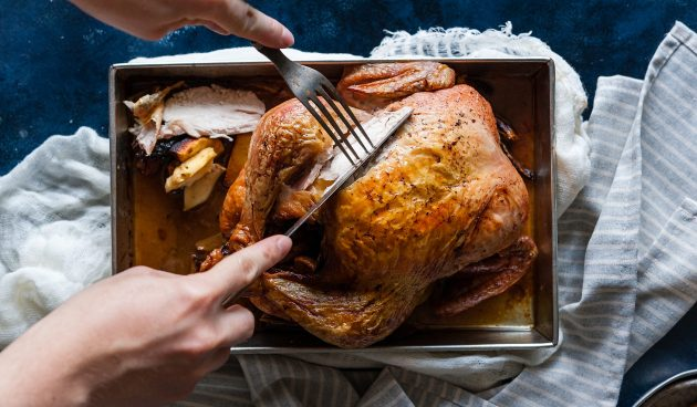 Румяная курица, фаршированная сухофруктами
