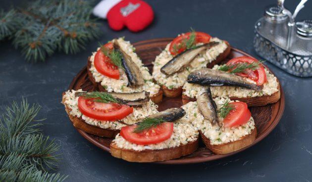 Бутерброды со шпротами, помидорами и крабовыми палочками