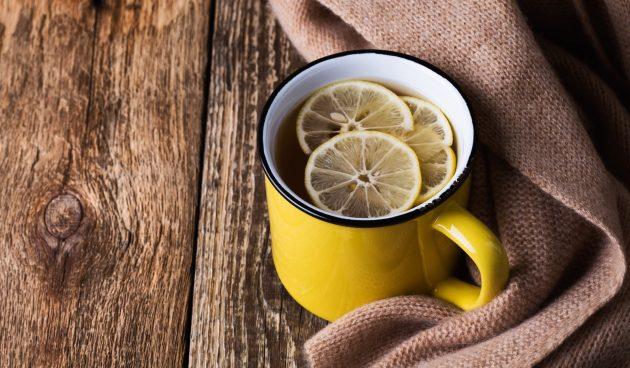 Горячий напиток из яблочного сидра с чаем и бурбоном