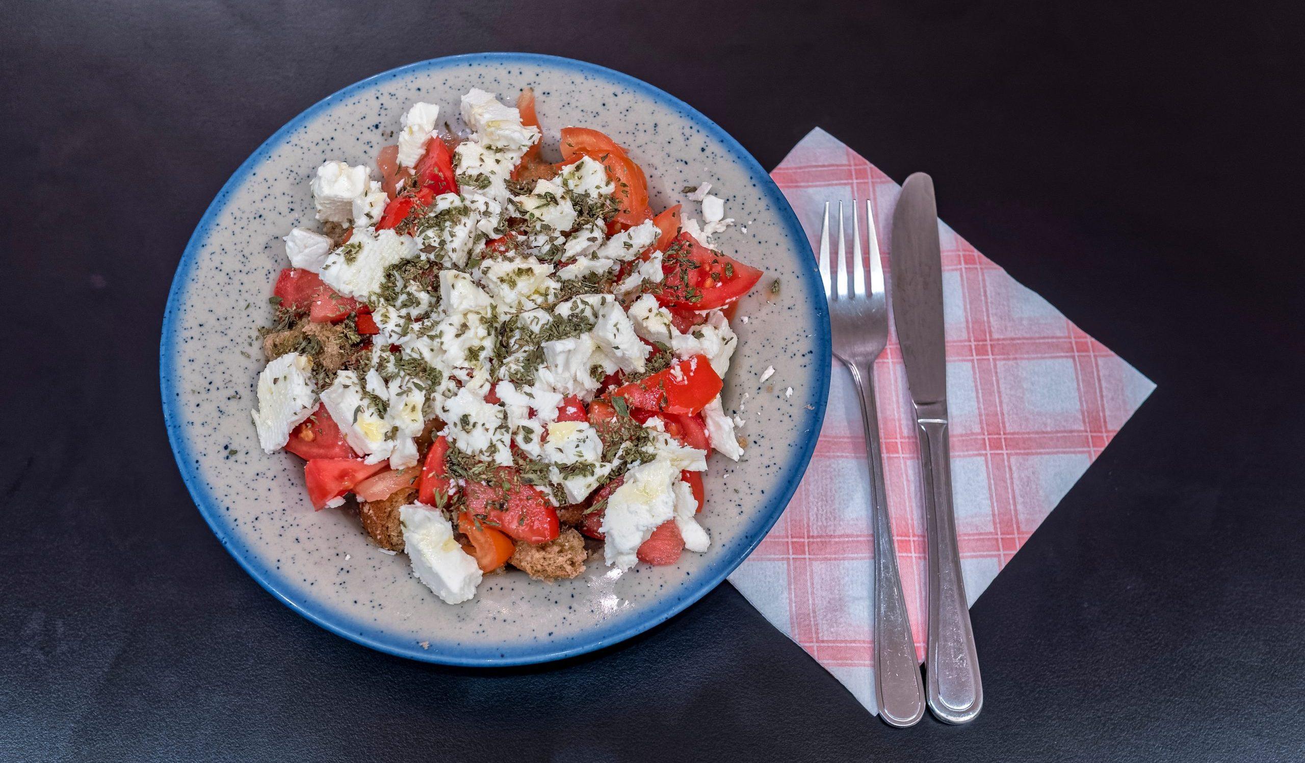 Дакос — греческий салат с сухариками, помидорами и фетой