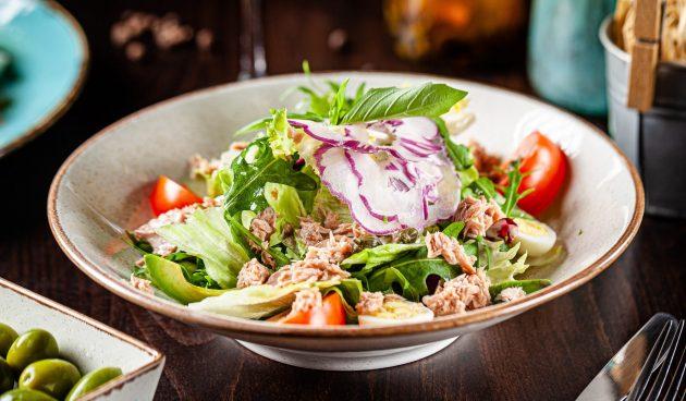 Салат с консервированным лососем, авокадо и помидорами